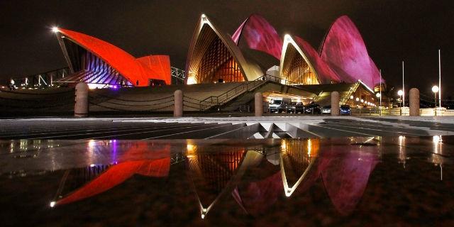 اپرا هاوس سیدنی که در حال حاضر یکی از مهم ترین اماکن توریستی در کشور استرالیا به شمار می رود، توسط «یورن اوتزان»، معمار دانمارکی ساخته شد و در سال 1973 میلادی گشایش یافت.