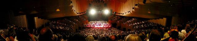 نمای داخلی این سالن اپرا نیز بسیار زیبا و دیدنی است.