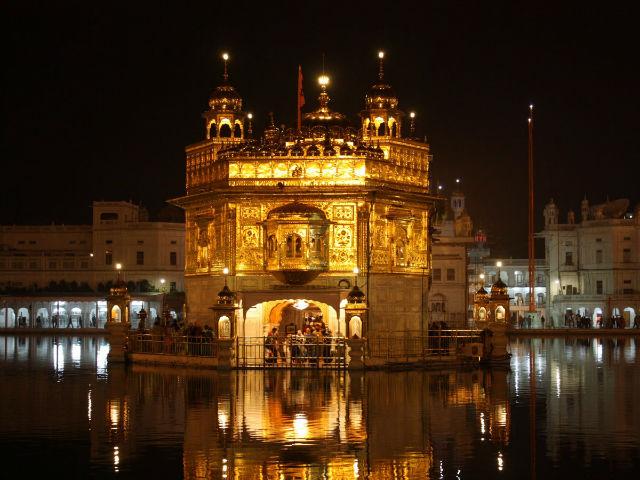 معبد طلایی در آرمیتسار در کشور هند یکی از برترین سازه های بشری است که درست در وسط رودخانه آرمیتسار ساخته شده است.