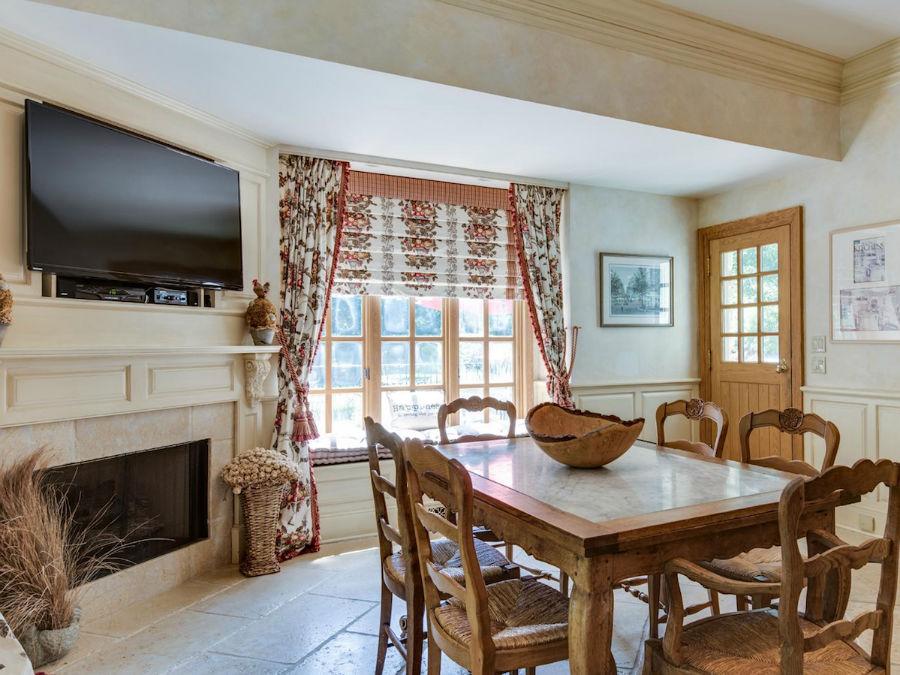 در کنار آشپزخانه اصلی، یک اتاق مخصوص صرف صبحانه با شومینه گازی و میز و صندلی چوبی وجود دارد. در این اتاق نیز به حیاط پشتی عمارت باز می شود.