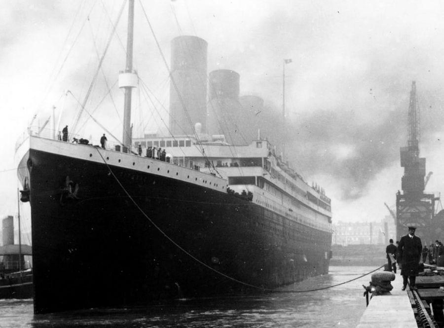 آروام.اس تایتانیک در بندر در سال 1912