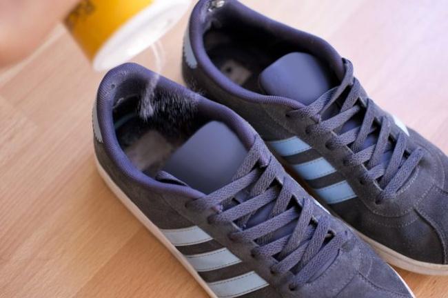 از بین بردن بوی کفش: برای این منظور باید یک کیسه کوچک را پر از نمک کرده و درون کفش قرار دهید. پس از چندین ساعت، کفش بوی بهتری پیدا خواهد کرد. یا مثلا می توانید کمی نمک درون کفش پاشیده و سپس آن ها را بیرون بریزید.