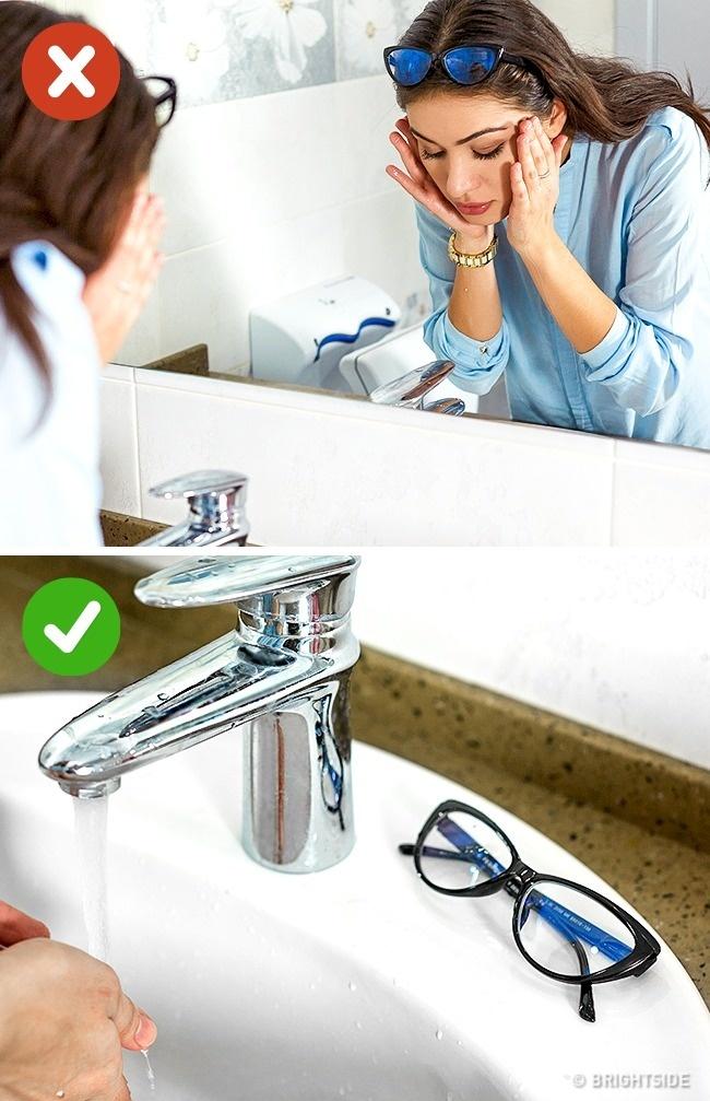 عینک طبی خود را روی موها و بالای سرتان نگذارید زیرا این کار باعث تغییر حالت فریم عینک شده و به مرور شکل اصلی خود را از دست می دهد. هنگامی که می خواهید عینک روی صورت نداشته باشید، آن را برداشته و در محل مناسبی قرار دهید.