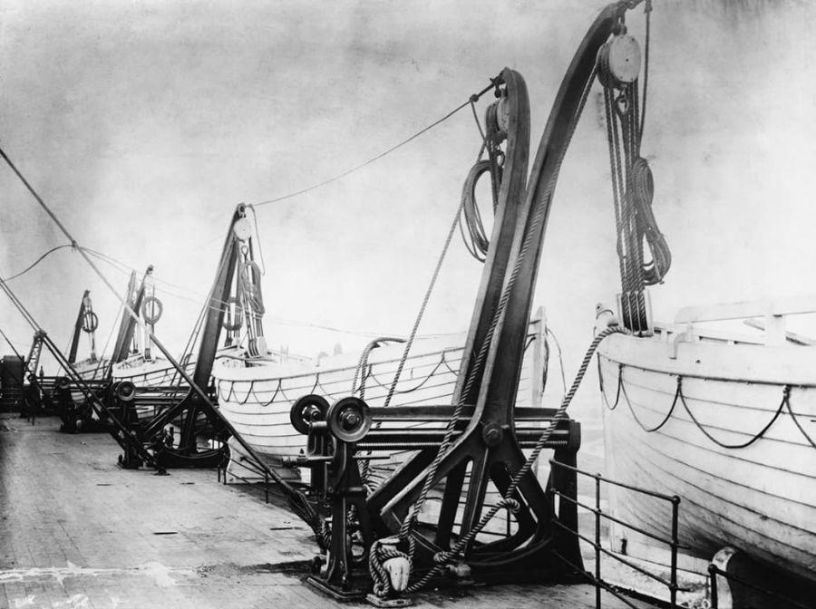 قایق های نجات در محل جرثقیل های خود آماده استفاده هستند.