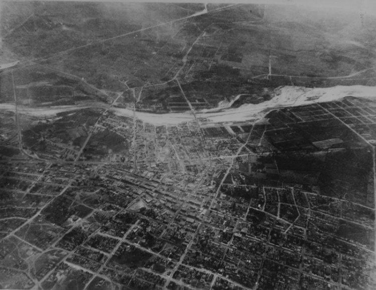 در نقشه ای که برای ساخت شهر لس آنجلس در نظر گرفته شد، میدانی مرکزی که توسط یک کلیسا احاطه شده، ساختمان های اداری، خیابان های شبکه ای و ساختمان های مسکونی به چشم می خورد.