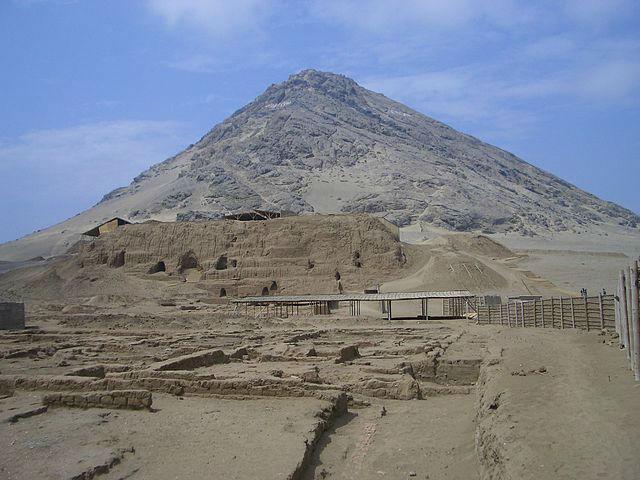 640px-Cerro_Blanco_and_Huaca_de_la_Luna-w700