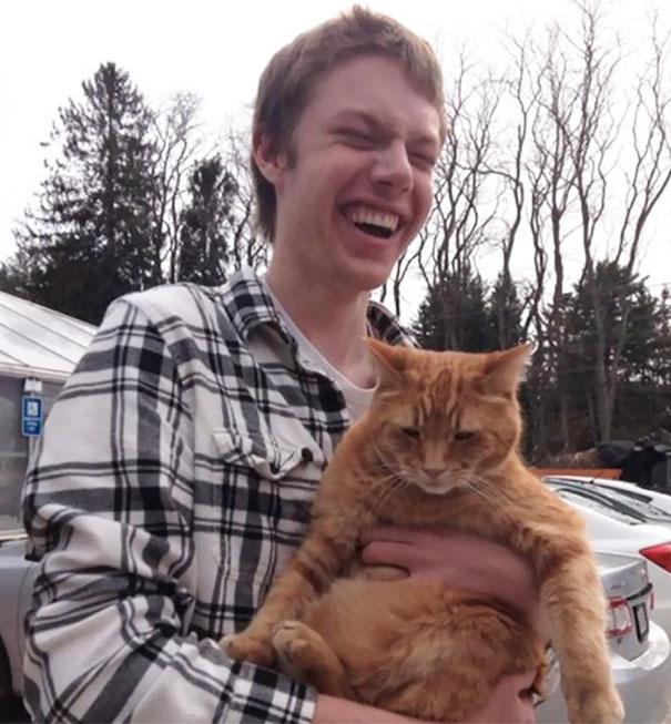این پسر نابینا برای نخستین بار است که گربه ای را در آغوش می گیرد.
