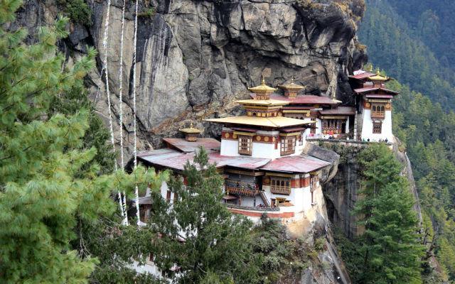 پارو تاکشانگ، معبدی است که آن را با نام لانه ببر نیز می شناسند و مکانی مقدس برای پیروان بوداگرایی هیمالیایی به شمار می رود. اگر شهامت صخره نوردی را داشته باشید، این بنا در بالای دره پارو در کشور بوتان قرار دارد.
