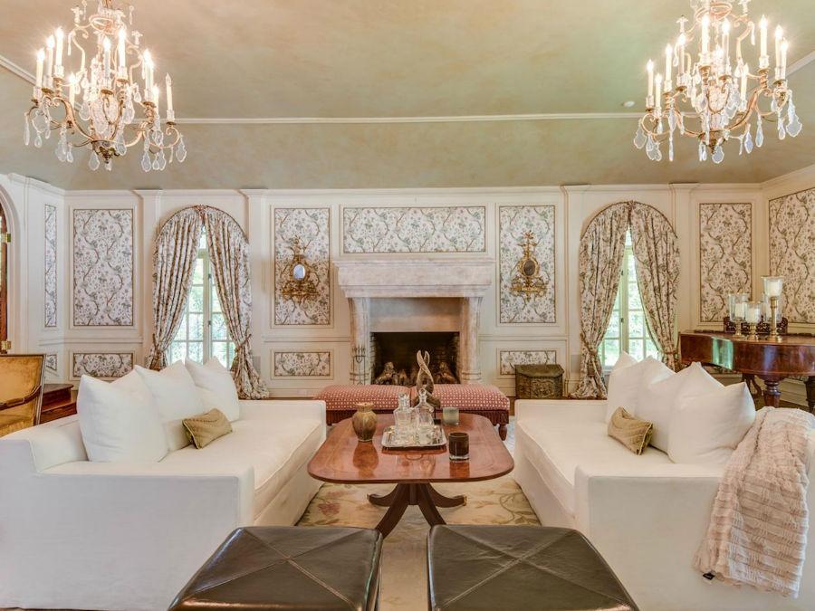 در مقابل آن یک اتاق نشیمن رسمی نیز وجود دارد که یادآور طراحی خانه های روستائی انگلیسی است.