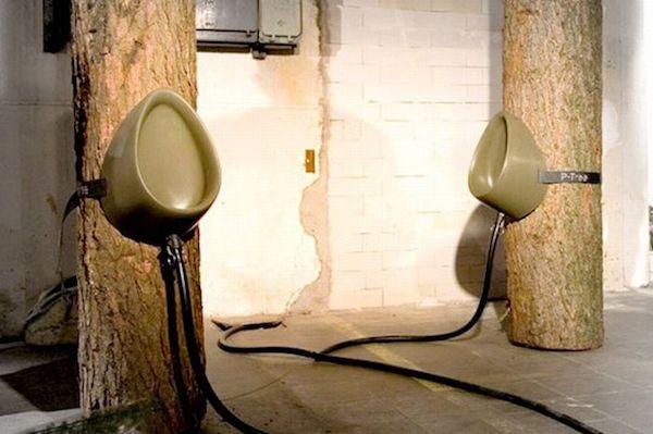 این پیشابگاه توسط هنرمند هلندی به نام Sam van Veluw طراحی شده و هدف از تولید آن، حل معضل دستشویی در مراسم های عمومی، جشنواره ها یا کنسرت هایی است که در فضای باز برگزار می شوند. به این ترتیب، مردم دیگر به طور مستقیم روی درخت ها دستشویی نخواهند کرد.