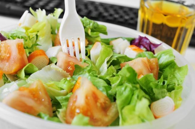 بسیاری از رستوران ها، سالاد را به عنوان غذای سالم ارائه می دهند اما به دلیل افزودن مواد نگهدارنده یا برخی افزودنی ها، سالاد هم می تواند به اندازه یک غذای کامل کالری داشته باشد. همچنین، مواد تشکیل دهنده سس سالاد نیز رازی است که فقط رستوران دارها از آن مطلع هستند.