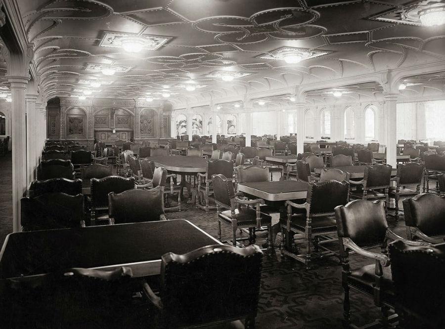 صندلی های چرمی در رستوران اصلی کشتی