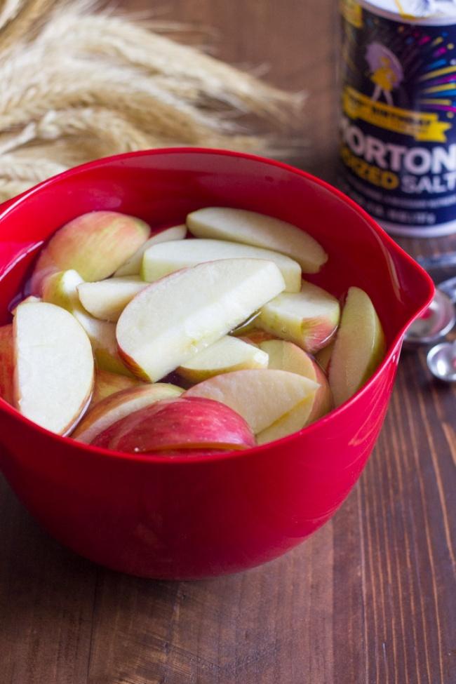 پیشگیری از سیاه شدن میوه هایی که پوست کنده شده اند: برای این کار لازم است قاچ های میوه را درون محلول آب نمک بگذارید.