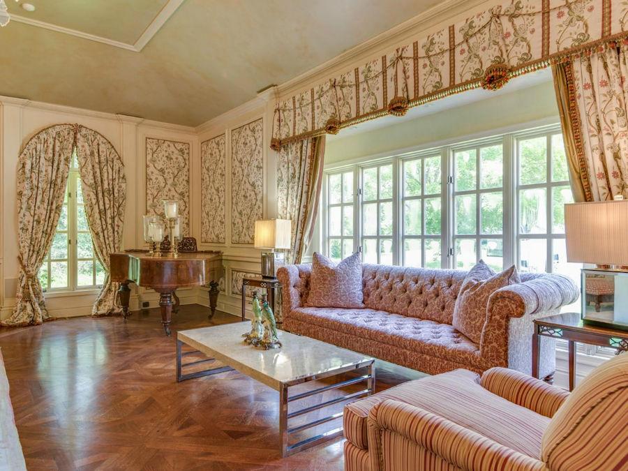 دیوارهای خانه با پنل های گل دار تزئین شده اند.