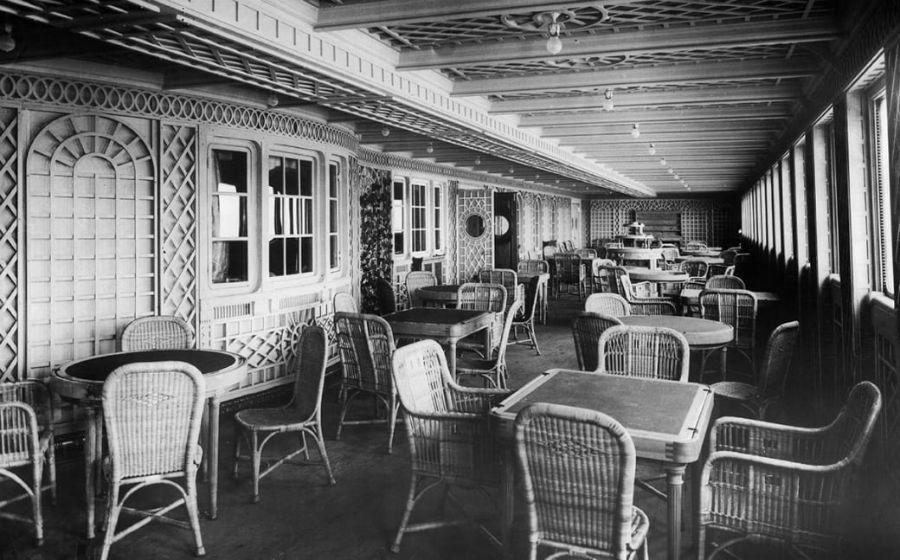 در بالکن رستوران À la Carte در بخش درجه یک، یک کافه به نام کافه پاریس وجود داشته که چشم اندازی به اقیانوس داشته است.
