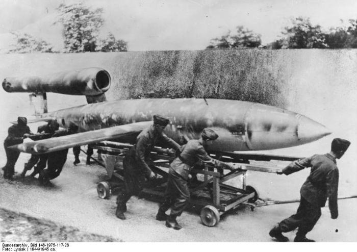 Bundesarchiv_Bild_146-1975-117-26,_Marschflugkörper_V1_vor_Start-w700