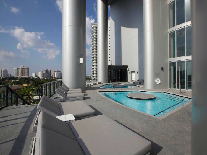-a-terrace-with-hot-tubs--w700