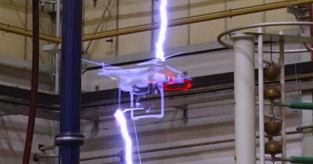 جریان برق با قدرت ۱ میلیون ولت چه بلایی بر سر پهپاد می آورد؟ [تماشا کنید]