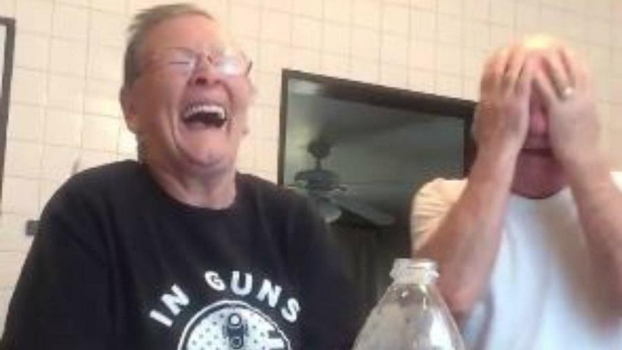 شوخی بسیار جالب و دیدنی یک خانم مسن با همسرش [تماشا کنید]