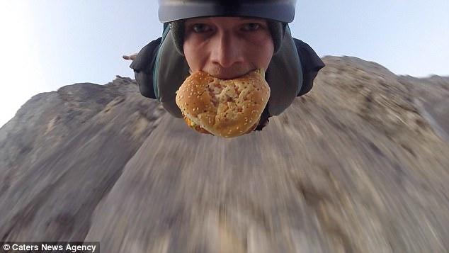 وقتی یک معتاد آدرنالین با همبرگری در دهان از کوه پریده و از خود فیلم می گیرد [تماشا کنید]