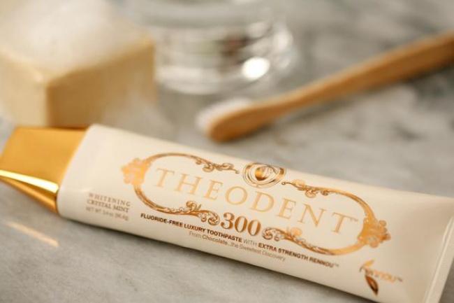 این خمیر دندان توسط کمپانی THEODENT ساخته و عرضه شده و گفته می شود حاوی عنصر منحصر به فردی به نام Rennou است که پس از مصرف، موجب تقویت و محافظت از دندان ها در تمام طول روز خواهد شد.