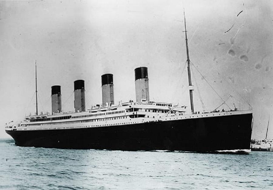 نویسنده آمریکایی، مورگان روبرتسون، را می توان نوستراداموسی دیگر به شمار آورد. وی در کتاب «غرق شدن کشتی تایتان» در اواخر قرن 19 میلادی، داستانی ارائه داده که به ماجرای غرق شدن کشتی تایتانیک شباهت های فراوانی دارد. در وهله اول باید به نام «تایتان» اشاره کرد که به اسم «تایتانیک» بسیار نزدیک است. سپس به زمان غرق شدن این کشتی ها که هر دو در نیمه ماه آوریل روی داده است، کمبود قایق نجات و در آخر برخورد با کوه یخ اشاره کرد. روبرتسون تجربه ملوانی داشته و از این رو داستانی که در کتاب خود تشریح کرده بسیار به واقعیت نزدیک است. وقتی پس از فاجعه تایتانیک از وی در مورد توان پیش گوئی سوال پرسیدند، او این مساله را رد کرده و بیان داشت: «من تنها چیزی که به آن واقف هستم، داستانی است که نگاشته ام.»