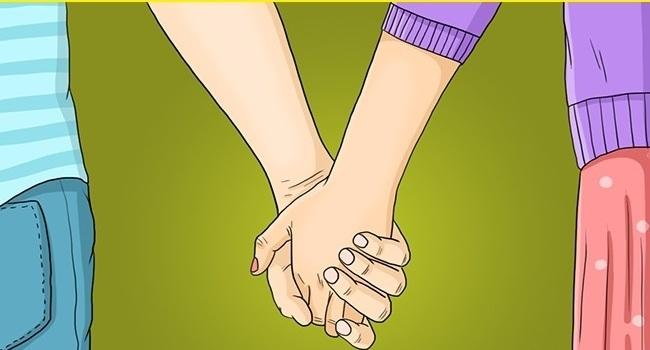 اگر به این صورت دست های عشق خود را در دست می گیرید، یعنی رابطه شما بر اساس محبت و علاقه بنا نهاده شده نه هیجان های زودگذر. همچنین گفته می شود کسی که دستش رو به پائین است شخصیت قوی تری دارد، پیشگام انجام کارهای جدید بوده و قدرت تصمیم گیری بالاتری دارد.