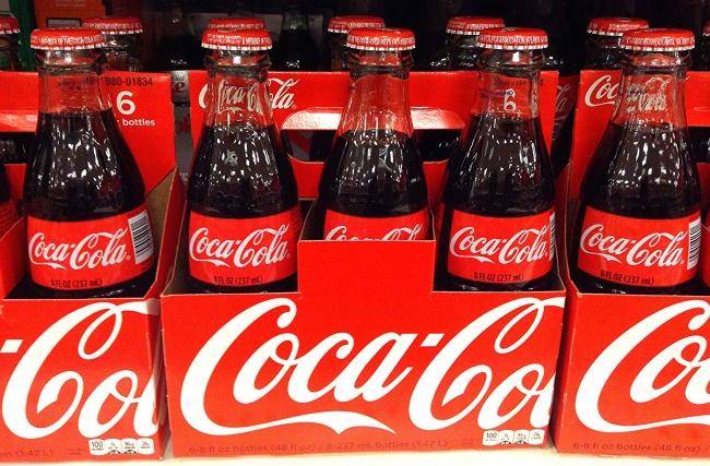 داروسازی موسوم به «جان پمبرتون» در زمان خدمت به ارتش آمریکا در جنگ های داخلی این کشور، شربتی از دانه های کولا و برگ های کوکا ساخت و آن را به سربازانی که برای تسکین دردهای ناشی از جراحت خود از مورفین استفاده می کردند، پیشنهاد داد. این نوشیدنی در آن زمان حاوی کوکائین (برگ کوکا) و عصاره کافئین بود و می توانست درد را از بین ببرد. پمبرتون با این نوشیدنی غیرالکلی برای خود کسب و کار جدیدی راه اندازی کرد. اما بعدها تمامی سهامش را فروخت. مالک بعدی کوکاکولا، کوکائین را از مواد اولیه حذف کرده و آن را به نوشابه ملی و محبوب آمریکا و سراسر جهان تبدیل کرد.