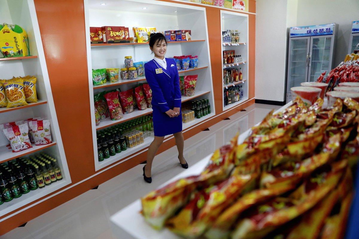 به گزارش خبرنگاران، هنوز حجم وسیعی از محصولات موجود در فروشگاه های پیونگ یانگ را کالاهای چینی تشکیل داده اند. اما تحت فرمان کیم جونگ اون، بیشترین تاکید روی فروش محصولات داخلی است تا از هر گونه بیرون رفت ارز از کشور، تا حد امکان پیشگیری شود. بد نیست اشاره کنیم که اطلاعات دقیقی در رابطه با میزان تولیدات داخلی این کشور در دسترس نیست. اطلاعات صادرات کشورهایی همانند چین و مالزی نیز که کالاهای خود را به کره شمالی صادر می کنند، آمار دقیقی در این رابطه ارائه نمی دهد. وزیر اقتصاد چین نیز از نظر دادن در مورد اینکه آیا درصد صادرات به کره شمالی کاهش یافته یا خیر، خودداری می کند.
