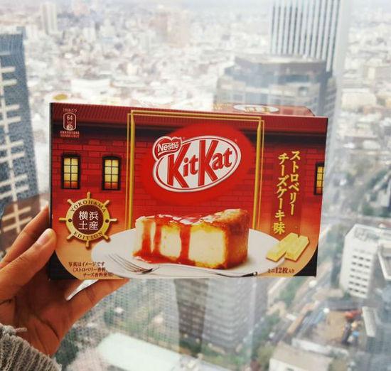 در مورد این کیت کت می توان گفت: آنچه خوبان همه دارند، تو یکجا داری! کیت کت های ژاپنی همیشه متفاوت و خاص هستند. از طعم چای سبز و موز گرفته تا کیت کت با طعم سوشی و سیب زمینی سرخ شده. اما این کیت کت، مزیتش در این است که همه مزه های خود را در خود جای داده: شکلات، پنیر، توت فرنگی و ویفر.