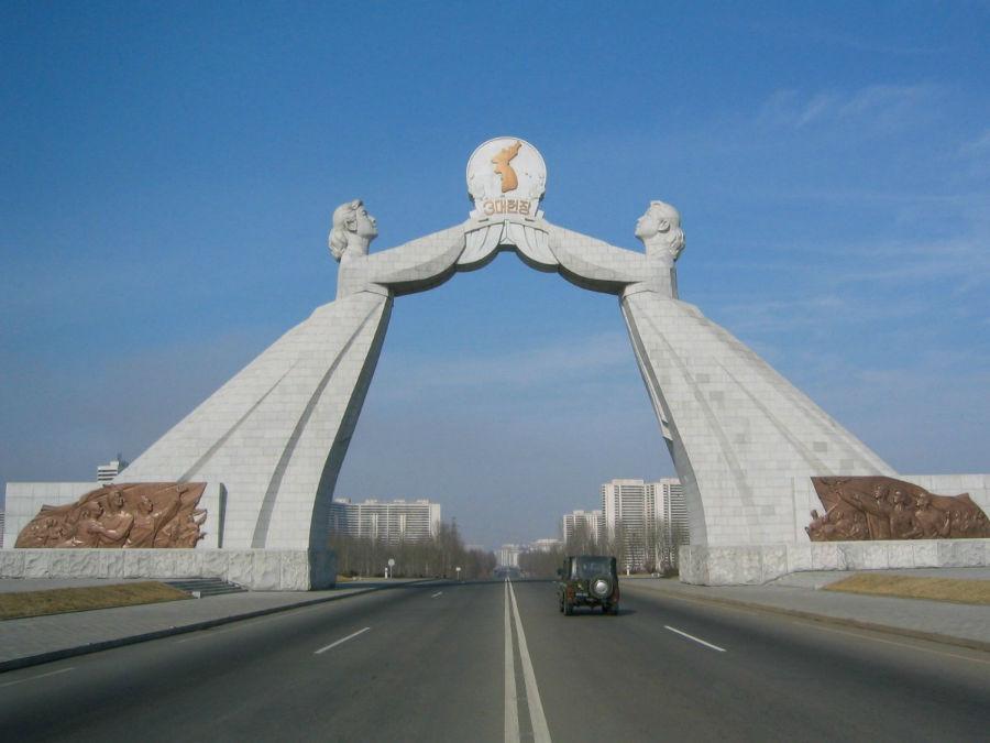 در ورودی شهر پیانگ یانگ، سازه ای موسوم به «طاق اتحاد دوباره» قرار دارد. دو بانو، چشم انداز اولین رهبر کره شمالی، کیم ایل سونگ، در رابطه با اتحاد کره شمالی و کره جنوبی را در دست گرفته اند.