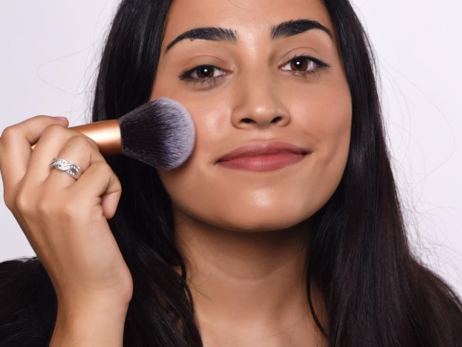 فیلیپس پیشنهاد می کند به جای اسفنج و پدهای آرایشی از برس های بزرگ برای قرار دادن کرم زیرساخت یا پنکک روی پوست بهره بگیرید. البته در طول روز برای صاف و یکدست کردن پوست می توانید از اسفنج استفاده کنید.