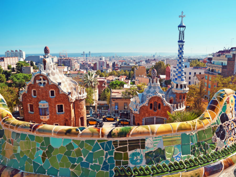 با اینکه نوشیدن آب در اسپانیا هیچ مشکل و ایرادی ندارد، اما سر کشیدن آب به همراه برخی از غذاها در فرهنگ غذاخوردن این کشور نوعی تابو محسوب می شود. این تابو به ویژه در میان افراد مسن و شهرستان های کوچک بسیار پررنگ تر و سختگیرانه تر است. مردم اسپانیا به طور سنتی باور دارند که هرگز نباید همراه با هشت پا یا سوپ، آب نوشید زیرا به معده آسیب وارد می کند. در صورت تشنگی اجازه دارید نوشیدنی های بدون الکل بنوشید.