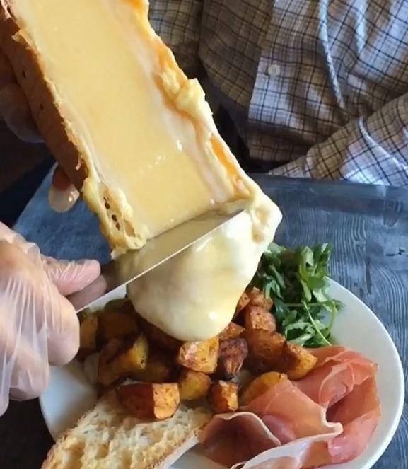 راکلت نوعی غذای خوشمزه سوئیسی است که از محبوبیت جهانی برخوردار است. جذابیت این غذا در این است که در زمان سرو، پنیر درون بشقاب شما آب می شود. برای این منظور از کاردک های داغ بهره می گیرند.