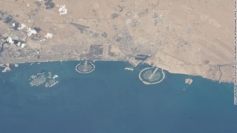 از سمت چپ: جزایر جهان، پالم جمیرا و پالم جبل علی