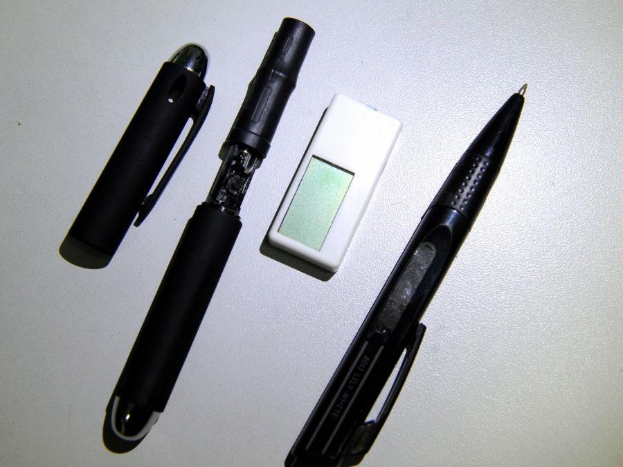 دوربین درون خودکار (دومی از سمت چپ) و پاک کنی که یک گیرنده دیجیتالی است.