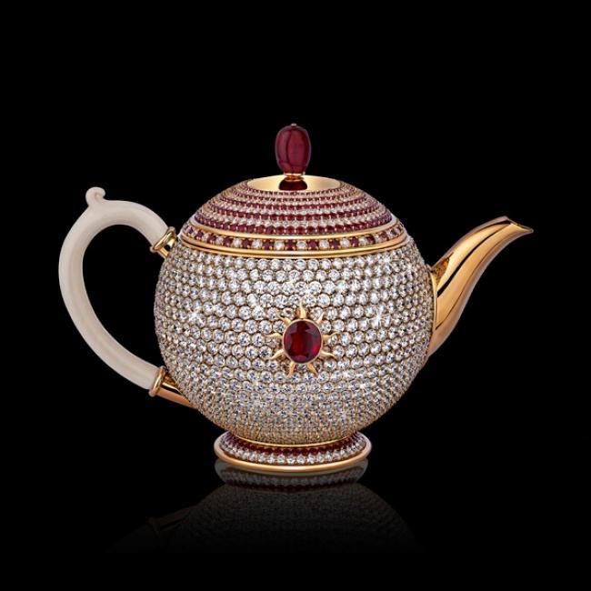 این قوری به مجموعه Chitra تعلق داشته و از جنس طلاست. تزئینات روی قوری را 1500 قطعه الماس و 500 یاقوت قرمز تشکیل داده اند. جالب است بدانید که خریداران حاضرند برای به دست آوردن این قوری بهای بیشتری نیز پرداخت کنند.