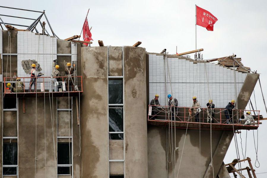 این ساختمان بدون حضور کارگرانی که مجبور هستند ساعت های طولانی به ساخت بناهای موردنظر مشغول باشند، ساخته نمی شدند.