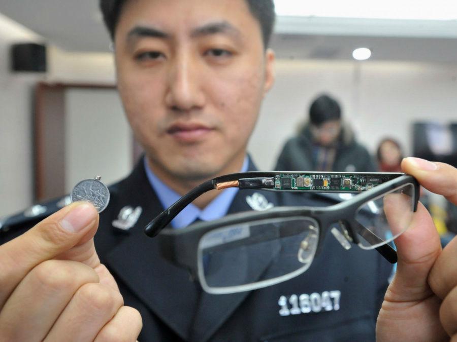 این عینک مصادره شده، حاوی دوربین مخفی بوده که به همراه یک سکه کوچک که حکم گیرنده را دارد، استفاده می شده است.