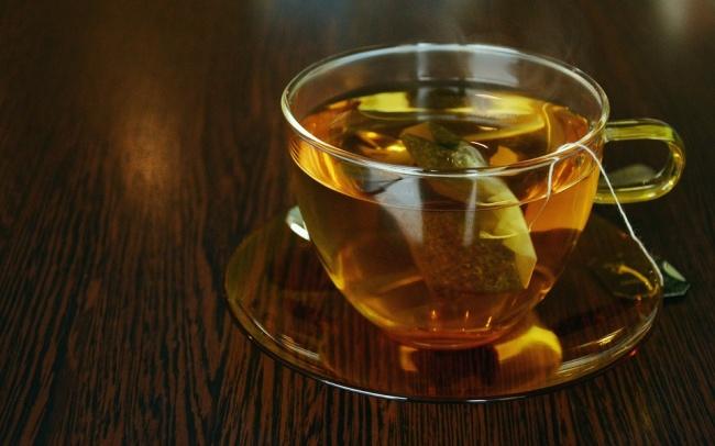در سال 1904، توماس سالیوان، وارد کننده چای و قهوه از نیویورک تصمیم می گیرد تا چای را به روشی جدید و خاص عرضه کند، بنابراین، آن را درون کیسه های ابریشمی می ریزد. این ایده نه تنها به دلیل ظاهر جالب کیسه های چای، بلکه به خاطر سهولت بیشتر دم کردن این نوشیدنی گرم مورد توجه زیاد مردم قرار گرفت و تا به امروز نیز همچنان یکی از پرفروش ترین محصولات خوراکی به شمار می رود.