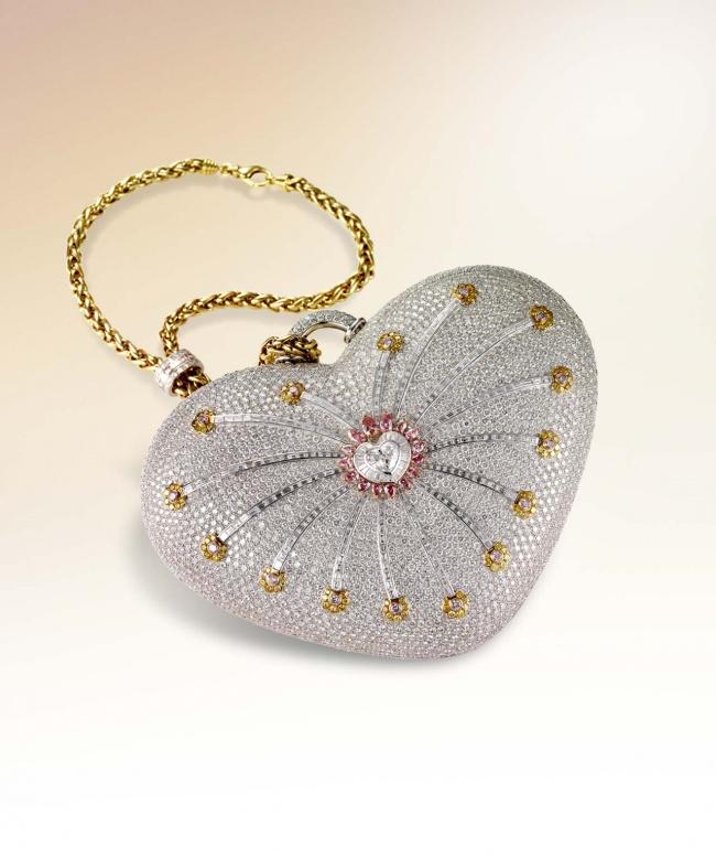 این کیف توسط کمپانی Mouawad و از طلای 18 عیار بعلاوه ی 4517 قطعه الماس رنگی ساخته شده است.