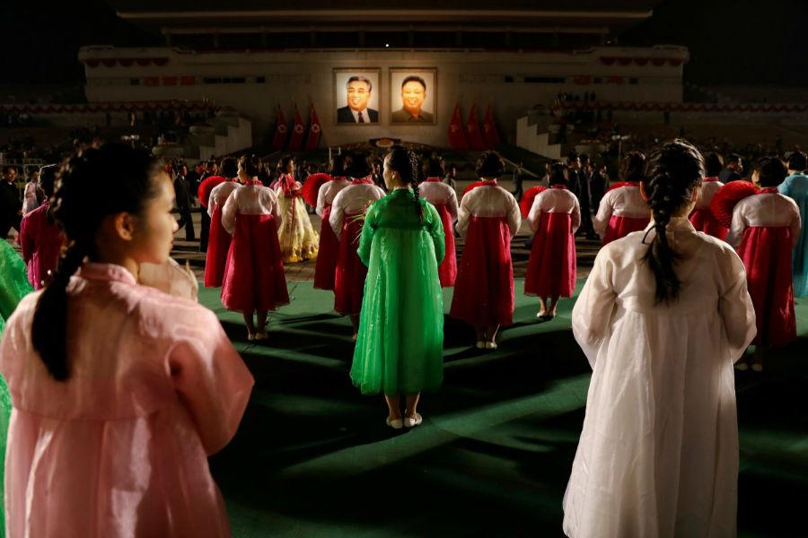 رقص دسته جمعی در مقابل عکس کیم ایل سونگ