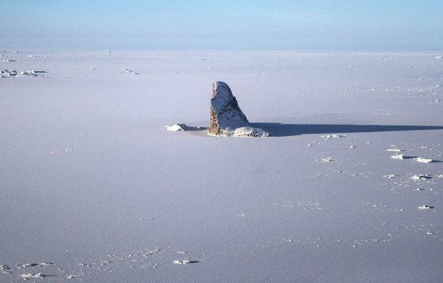 نمایی از یخ دریا از داخل هواپیمای تیم تحقیقاتی عملیات آیسبریج ناسا، 27 مارس 2017 بر فراز گرینلند