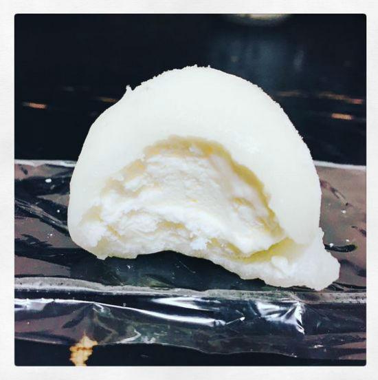 یکی از دسرهای سرد و خوشمزه ژاپنی، کیک برنجی است که داخل آن بستنی وانیلی قرار دارد.