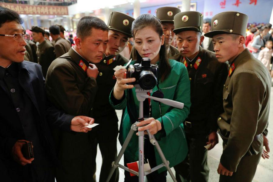سربازها با چیدمان گل ها در مراسم عکس های یادگاری می گرفتند.