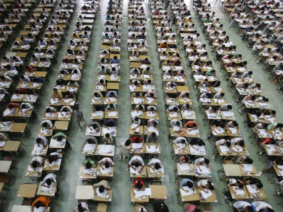 دانش آموزان در سه سالن مجزا برای انتحان ریاضی، زبان انگلیسی و چینی با هم رقابت می کنند. در این عکس، شاهد امتحان انگلیسی در دانشگاه دونگوآن هستید.