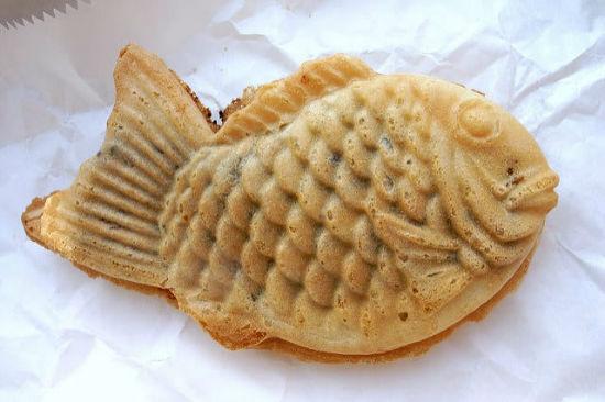 داخل این وافل ها که به شکل ماهی هستند پوره لوبیا قرمز یا کاستارد قرار دارد.