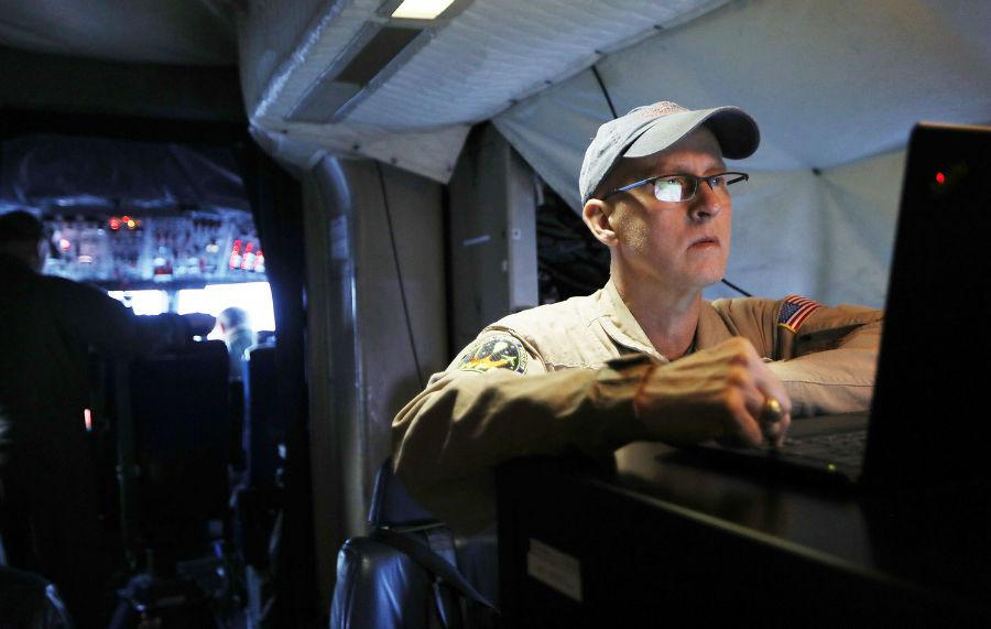 یکی از دانشمندان ناسا موسوم به «جان سونتاگ» در حال کار در اتاقک خلبان هواپیمای تیم تحقیقاتی عملیات آیسبریج ناسا، 27 مارس، 2017