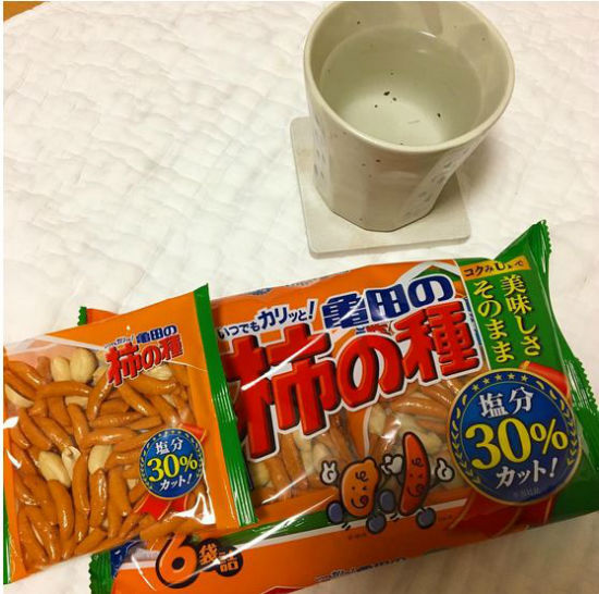 این خوراکی را می توانید تقریبا در همه خانه های ژاپنی ها پیدا کنید. این ها کراکرهای برنجی و تند هستند که با بادام زمینی مخلوط می شوند.