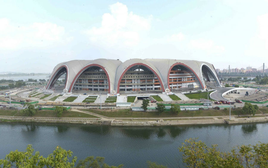جالب است بدانید که کره شمالی دارنده یکی از بزرگ ترین استادیوم های ورزشی در دنیا نیز هست: استادیوم مِی دِی (روز اول ماه می)